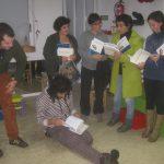 Membros de Semente Compostela com alguns dos livros doados pola AGAL