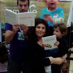 Membros de Semente Trasancos com alguns dos livros doados pola AGAL