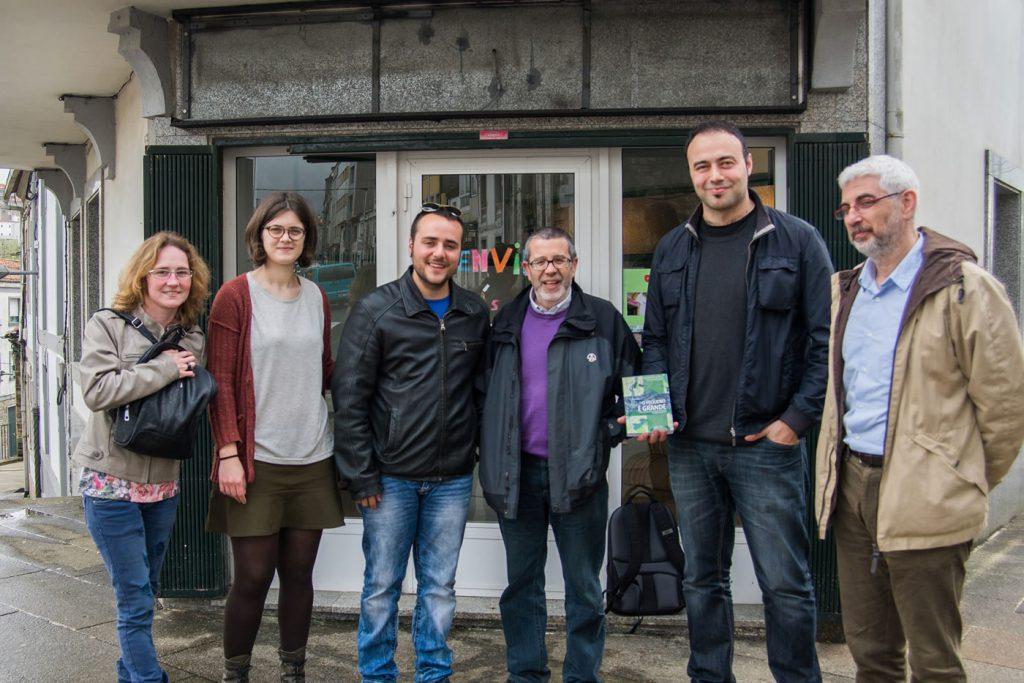 De esquerda à direita: Fátima Vizoso (tesoureira de Altair Galiza e educadora do Grupo Chão de Castro de Burela), Olalla Liñares (coordenadora do grupo Seteportas), Bruno Faustino (coordenador de Chao de Castro), Xoán Carlos Carreira (co-autor de 'O Pequeno é Grande'), Miguel (presidente da AGAL) e Elias Torres (presidente da Altair Fundacional)