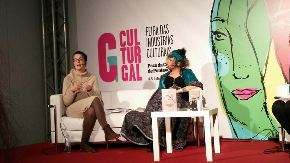 Susana Arins entrevista Teresa Moure (fantasiada de Inessa Armand) durante o Culturgal 2015