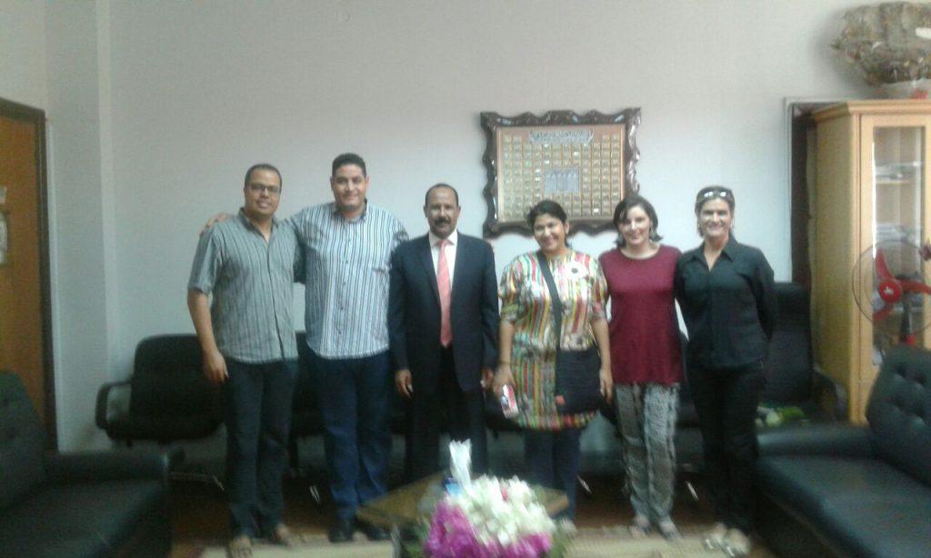 Reitor da Universidade de Assuã, Abdel Qader (3º da esq. para dir.), e envolvidos no projeto
