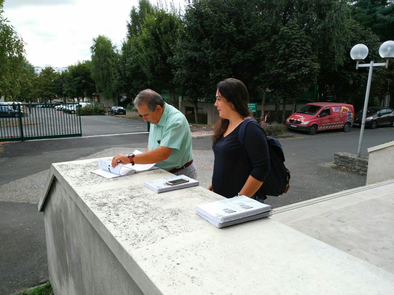 Trabalhando em Paris (ainda que nem pareça) com a sua ajudante ao pé do Panteão Nacional