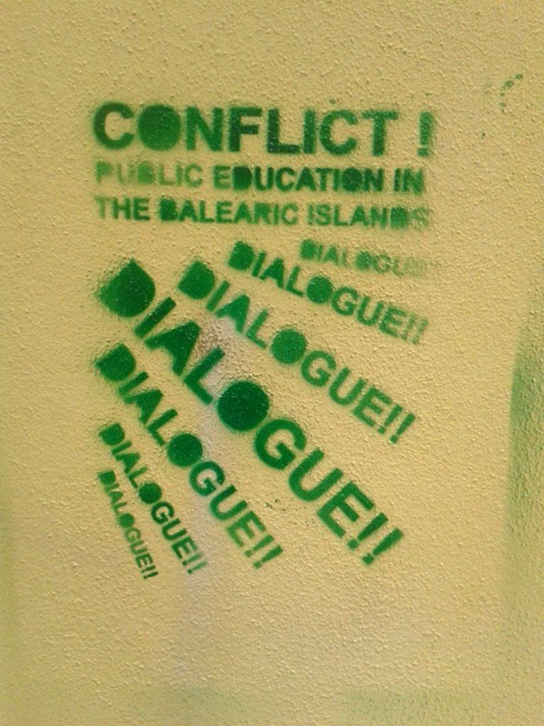Grafitos de protesto contra o governo do PP balear