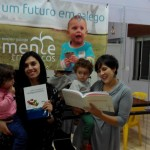 Mães de Semente Trasancos com alguns dos livros doados pola AGAL