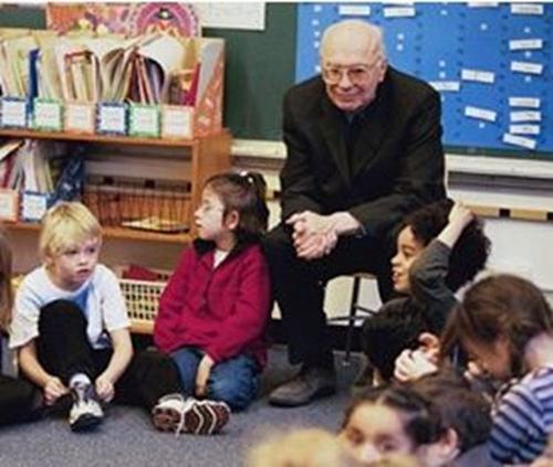 Matthew Lipman com crianças