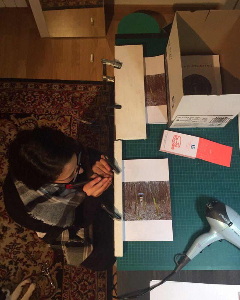A desenhadora da revista, Ana PArada, fazendo o troquelado manual da capa