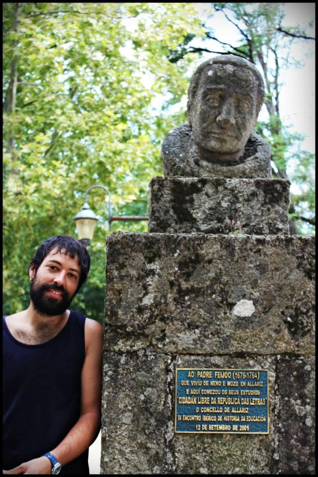 David em Alhariz, ao pé de uma estátua ao padre Feijó