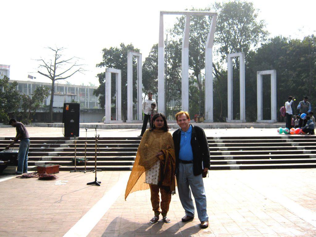 José Paz em Daca, na praça dos Mártires do Idioma