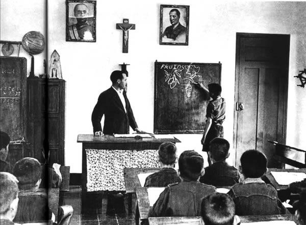 Típica sala de aulas franquista