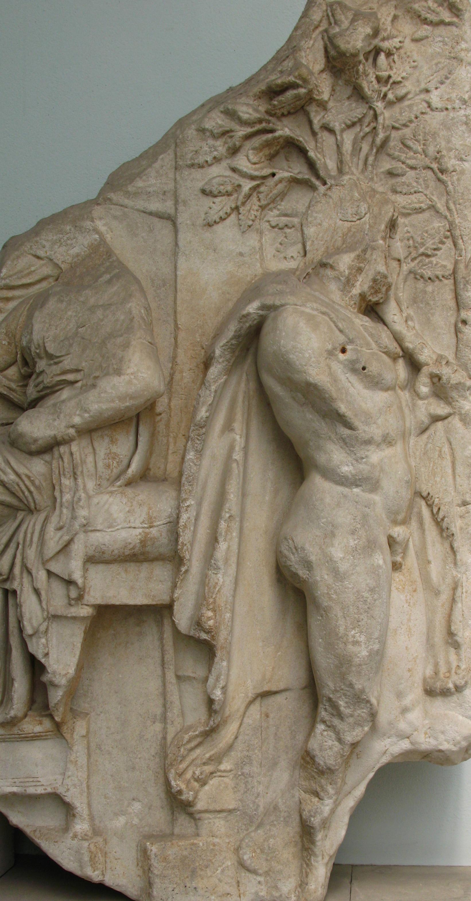 6º. O semideus Héracles vê a sacerdotisa Auge, do friso do Rei Télefo.