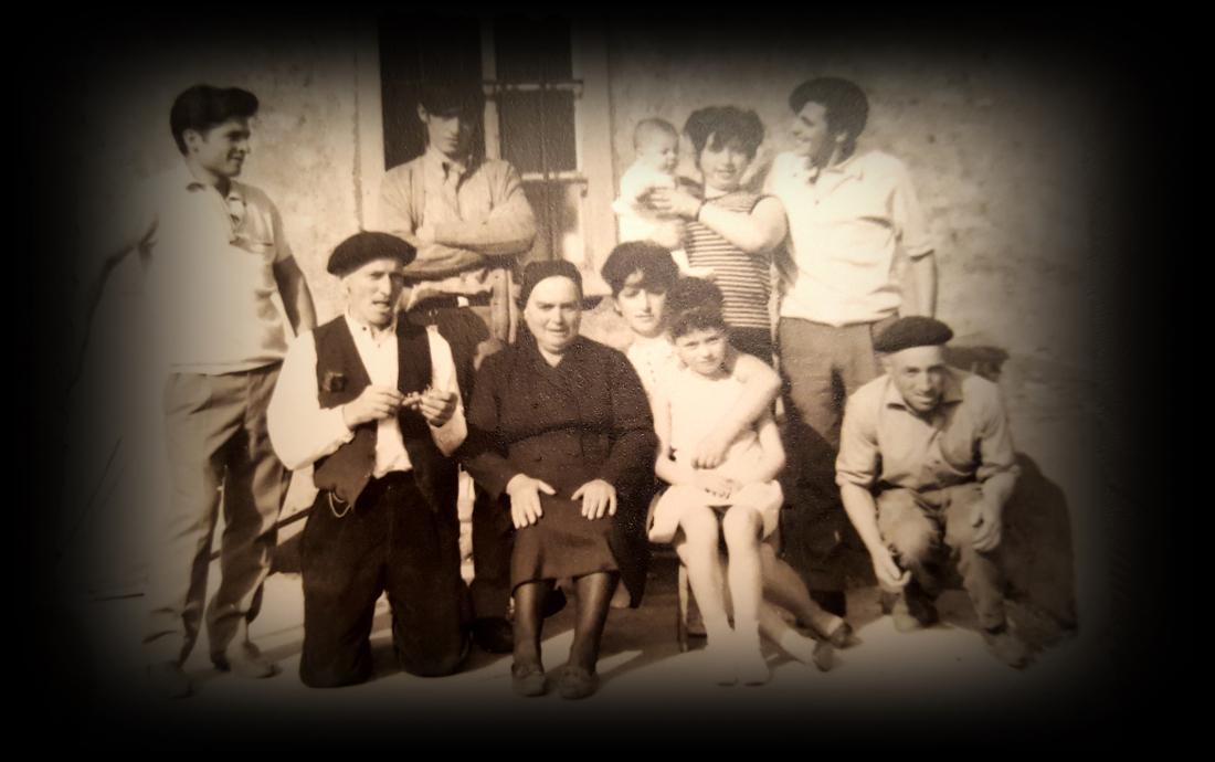 Os bisavôs do autor, diante da casa de Loureda, co seu avô, o Vinculeiro, na esquerda, e tios e primos.