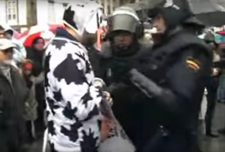 Detençom de umha das 'vacas' da associaçom juvenil Isca!