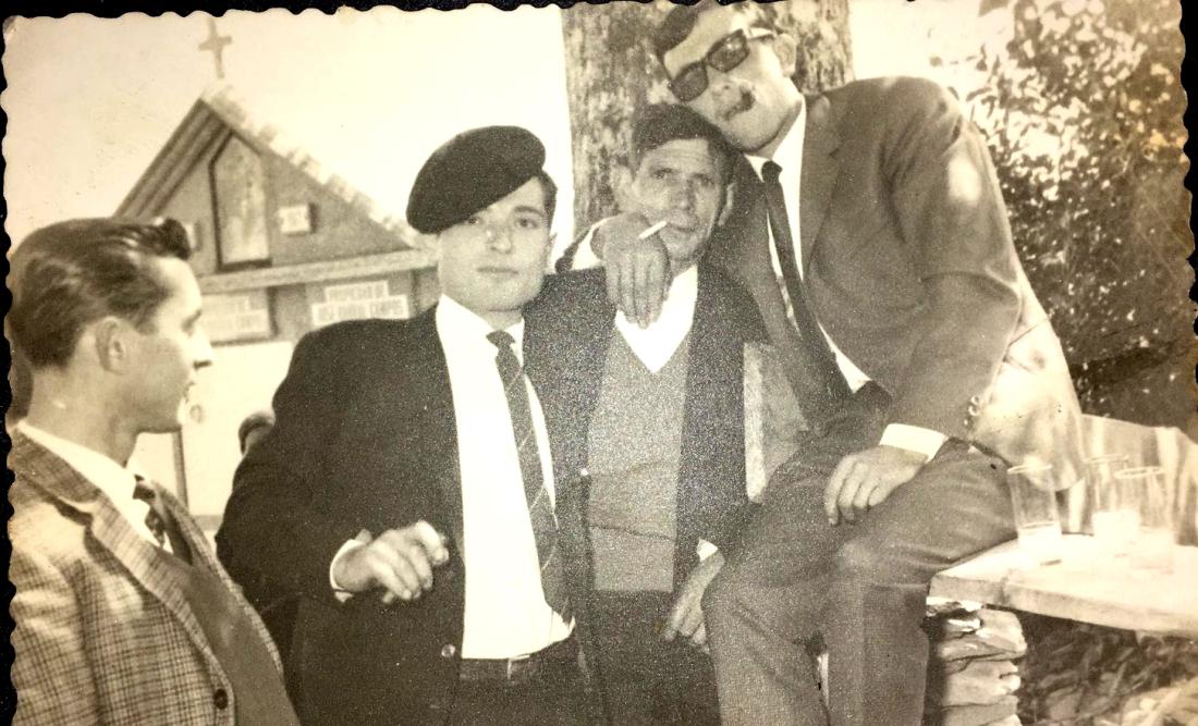 O avô do autor, o Vinculeiro de Loureda, segundo desde a esquerda.