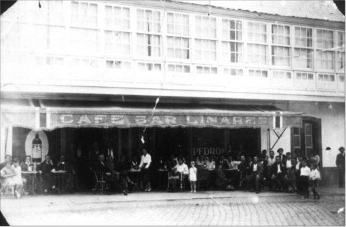 Café Bar Liñares, em Ordes. Fotografía tomada do livro 'Ordes. Crónica fotográfica do século XX', de Manuel Pazos e Daniel Pereiro