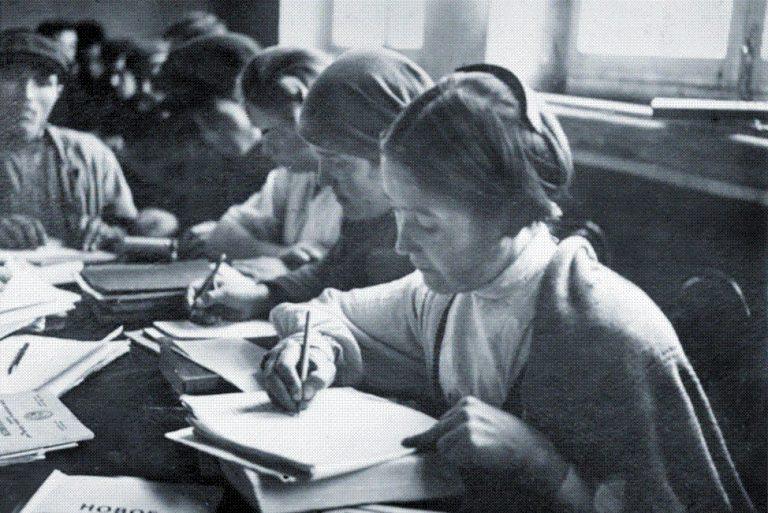 Mulheres aprendendo a ler e escrever, na cidade de Tcheboksary, nos anos 1930.